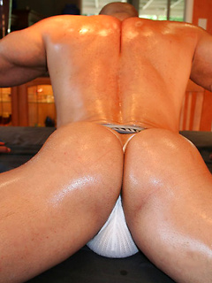 Hunk pours oil all over his muscular body to make it look irresistibly sexy