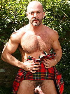 Scottish bear Carlo Cox looks sexy in his kilt and models his cock ring outdoors