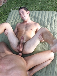 Hunk of a man gets to penetrate the tight asshole of a shorter guy in the garden
