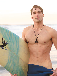 Ripped surfer dude whips out his rather long schlong in order to stroke it