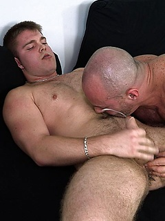 Hunky daddy top Carlo Cox has a cute young guy with an asshole that needs deep fucking
