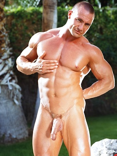Ripped stallion JD Amos flexes his six-pack and makes his long dick hard